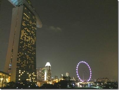 マリーナベイサンズの下から見たシンガポールフライヤー